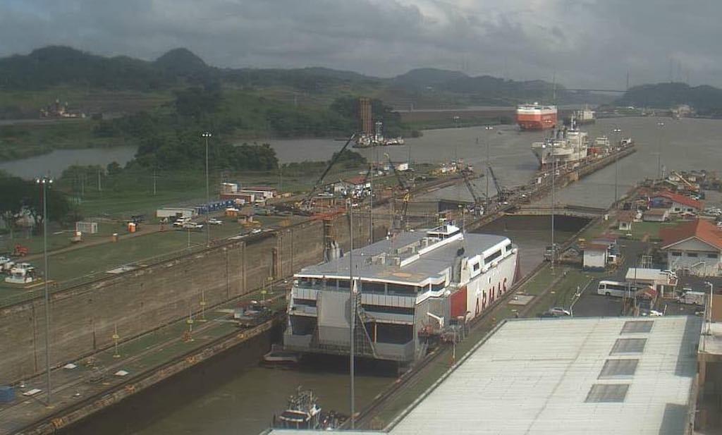 """El catamarán """"Volcán de Tagoro"""", en una de las exclusas del canal"""