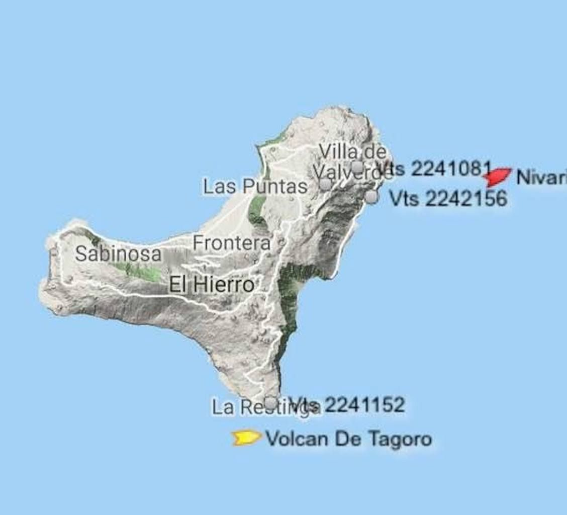 """El catamarán """"Volcán de Tagoro"""", a su paso por el sur de El Hierro"""