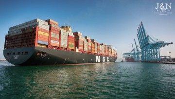 """El buque """"MSC Gülsün"""" maniobra para atracar en la terminal APM de Algeciras"""