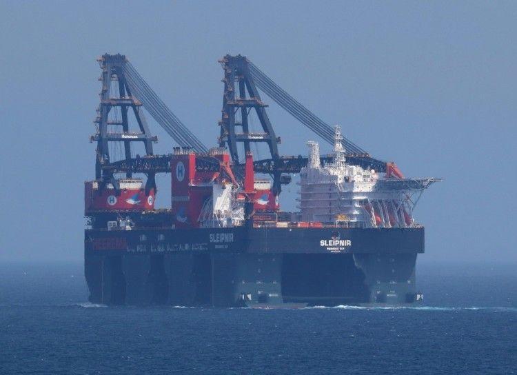 """Impresionante estampa del buque grúa """"Sleipnir"""""""