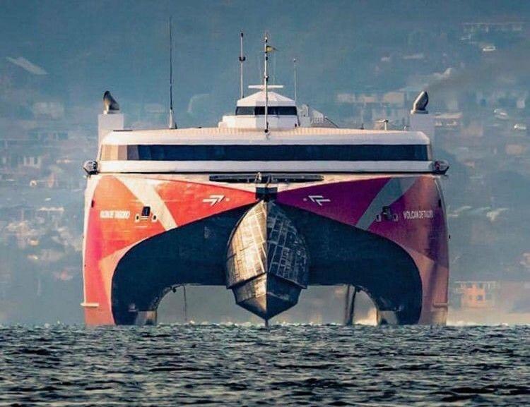 """El catamarán """"Volcán de Tagoro"""", visto de proa, a su salida del canal de Panamá"""