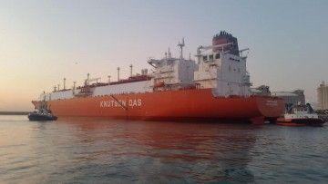 """El buque metanero """"Adriano Knutsen"""", en la terminal de Enagás en el puerto de Barcelona"""
