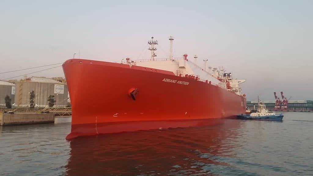"""El buque metanero """"Adriano Knutsen"""", visto de proa por la amura de babor"""