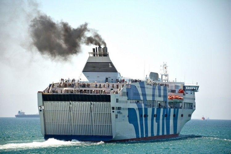 """Los malos humos del ferry italiano """"Splendid"""" a su salida de Barcelona"""