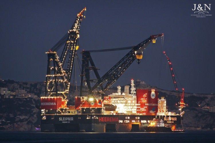 """La impresionante estructura del buque grúa """"Sleipnir"""" destaca en la noche veraniega"""