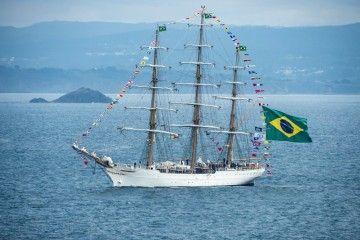 """El buque-escuela brasileño """"Cisne Branco"""", a su salida del puerto de A Coruña"""