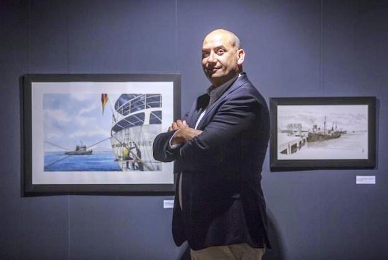 El autor, Roberto Hernández, posa junto a dos de sus obras