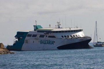 """El catamarán """"Pinar del Río"""", varado a la entrada del puerto de Denia"""