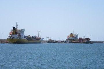 """Los petroleros """"Mencey"""" y """"Dácil"""", atracados en la dársena de Los Llanos"""