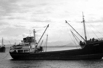 """El buque de cabotaje """"Llumeres"""", visto por la banda de estribor"""