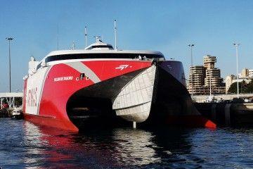 """El catamarán """"Volcán de Tagoro"""", en el puerto de Santa Cruz de Tenerife"""
