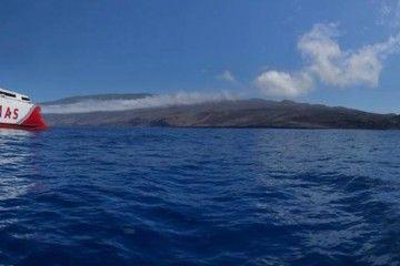 """El catamarán """"Volcán de Tagoro"""", en la posición geográfica donde se encuentra el volcán submarino del que toma su nombre"""
