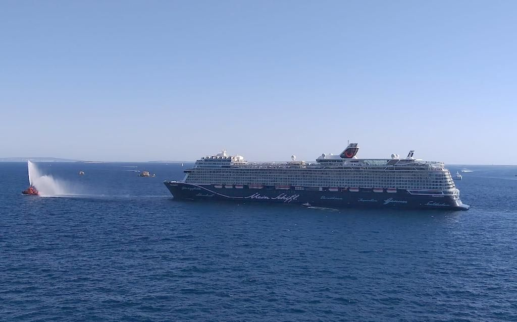 """Chorros de agua en la despedida del capitán Holm al mando del buque """"Meen Schiff 2"""""""