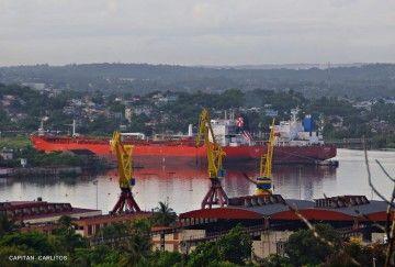 """El petrolero cubano """"Esperanza"""" (chimenea azul), atracado en la refinería Ñico López de La Habana"""