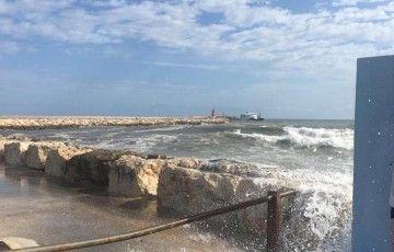 Estado en el que se encuentra la mar, esta mañana, en el interior del puerto de Denia