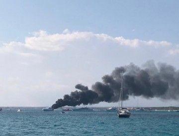 El incendio provocó una densa columna de humo negro