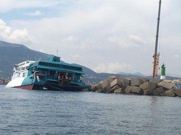 """El catamarán """"Pinar del Río"""" se encuentra varado a la entrada del puerto de Denia"""