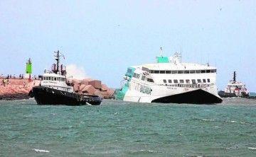 """El catamarán """"Pinar del Rçio"""", asistido por dos remolcadores"""
