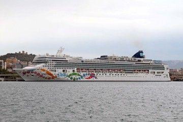 """El buque """"Norwegian Pearl"""", atracado en el puerto de Palma"""