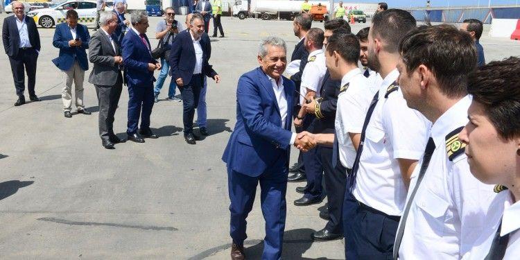 """Antonio Armas saluda a la tripulación del catamarán """"Volcán de Tagoro"""""""