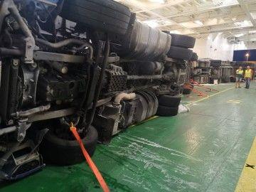 Varios camiones han volcado en el garaje del ferry