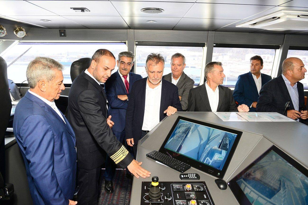 """El capitán del """"Volcán de Tagoro"""" explica detalles del nuevo fast ferry de Naviera Armas"""