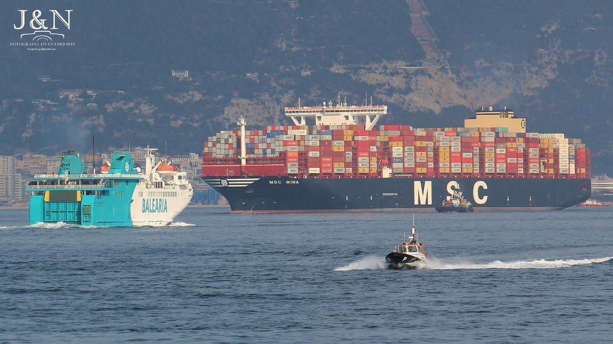 """El cruce con el buque """"Passió per Formentera"""" permite apreciar la diferencia de tamaño"""