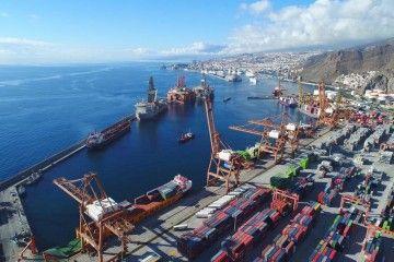 Panorámica de la terminal y dique del Este del puerto de Santa Cruz de Tenerife