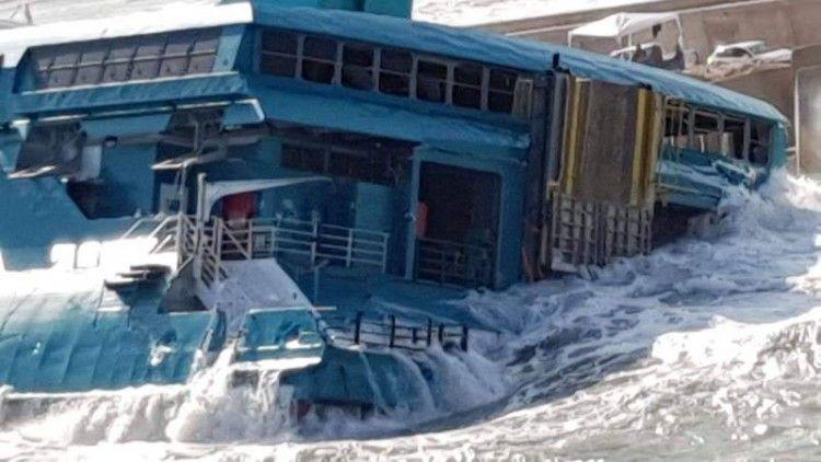 """El agua entra a raudales por la popa del catamarán """"Pinar del Rio"""""""