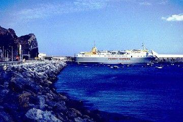 """El ferry """"Benchijigua"""" (2º), atracado en el puerto de San Sebastián de La Gomera"""