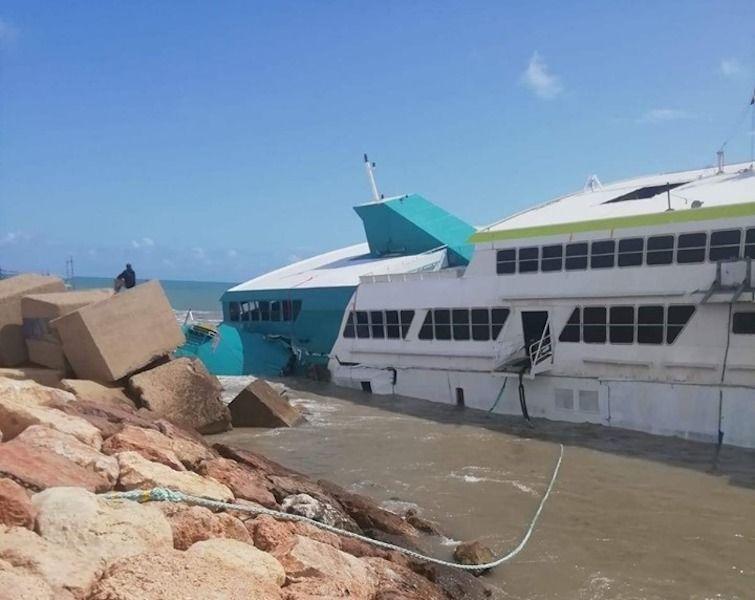 El catamarán de Balearia está encallado desde el 16 de agosto