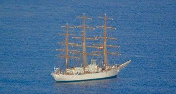 """La fragata argentina ARA """"Libertad"""", fondeada al resguardo de Anaga"""