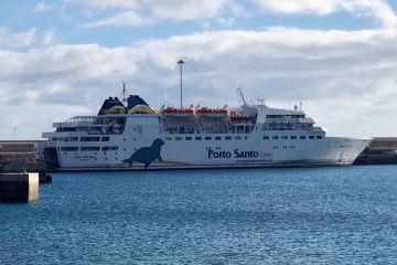 """El ferry """"Lobo Marinho"""", atracado en el puerto de Porto Santo"""