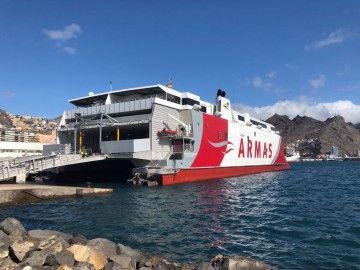 """El catamarán """"Volcán de Tagoro"""", en su atraque en el puerto de Santa Cruz de Tenerife"""