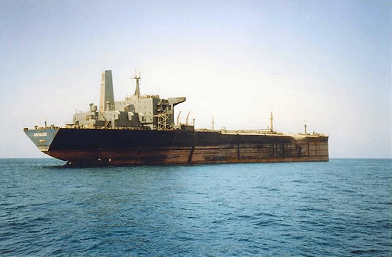 """El petrolero """"Achilles"""", tras el ataque sufrido en el golfo Pérsico"""