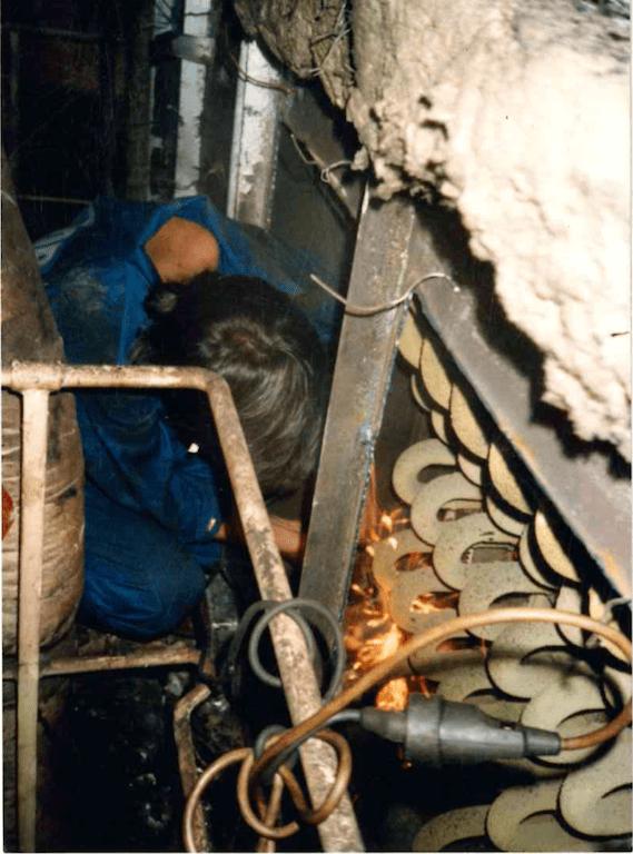 Realizando trabajos de soldadura en una caldera averiada