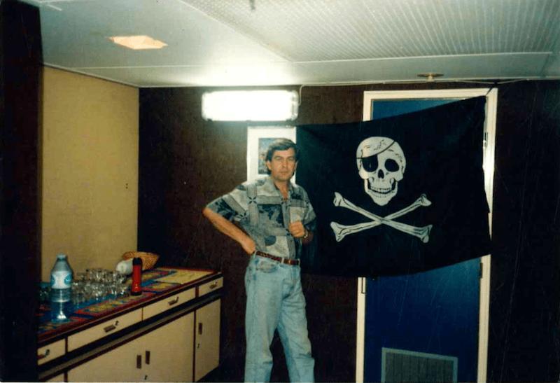 """La bandera pirata, en la cámara del buque """"Ville du Havre"""""""