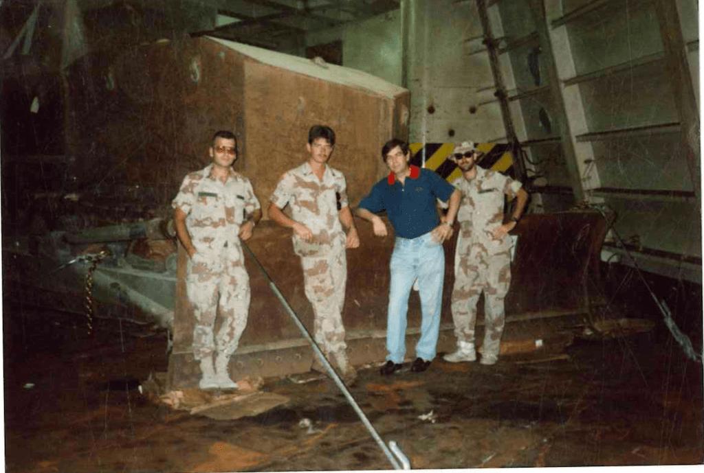 """El autor, con un grupo de marines, a bordo del buque """"Ville du Havre"""""""