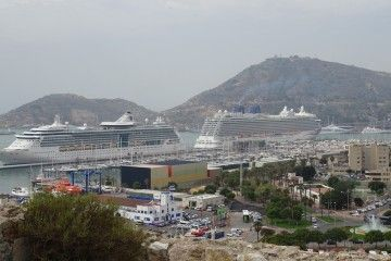 "Los buques ""Brilliance of the Seas"" y ""Britannia"", hoy, en el puerto de Cartagena"