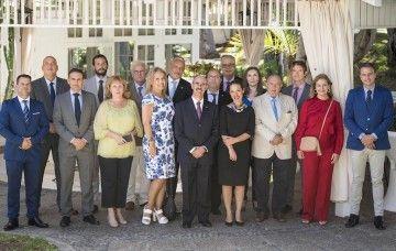 Los asistentes del Cuerpo Consular, con la alcaldesa de Santa Cruz de Tenerife