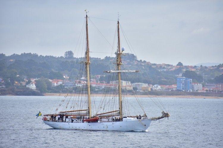 """La goleta sueca """"Gladan"""", en la maniobra de entrada al puerto de A Coruña"""