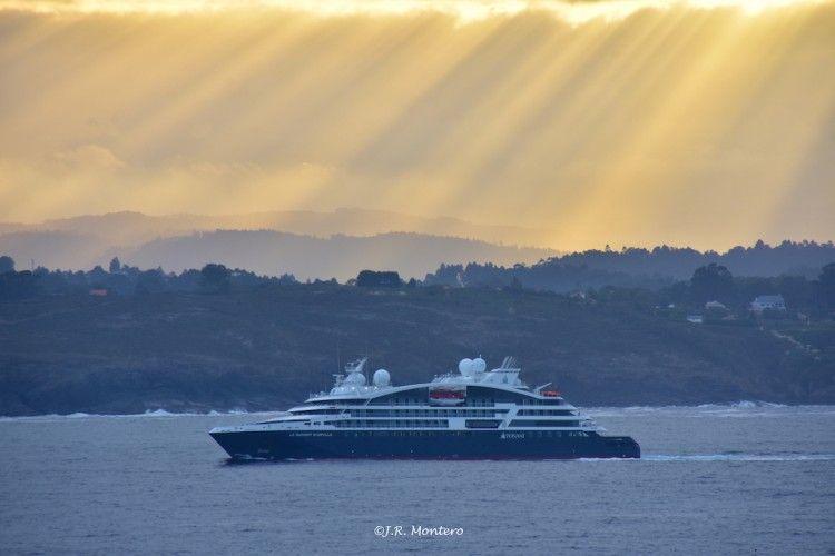 """Magnífica fotografía del buque """"Le Dumont d'Urville"""", a su salida de A Coruña"""