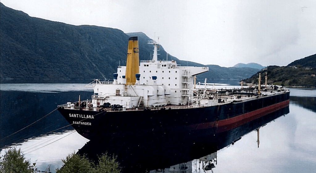 """El petrolero """"Santillana"""", en la etapa en que estuvo amarrado en Noruega"""