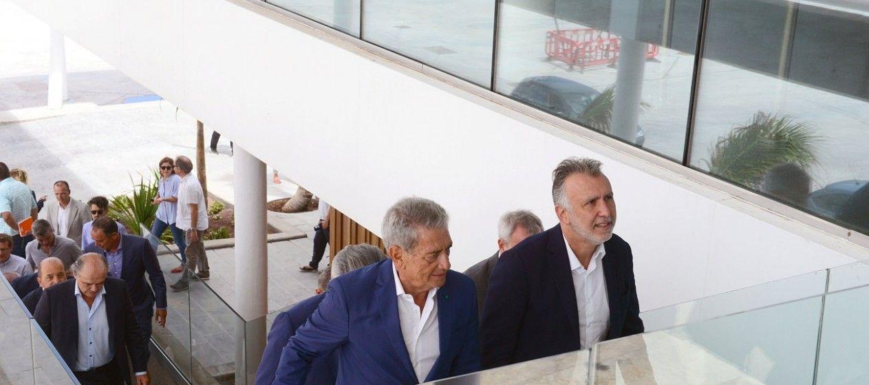 Ángel Víctor Torres y Antonio Armas recorren la nueva terminal del Grupo Armas-Trasmediterránea en Las Palmas de Gran Canaria