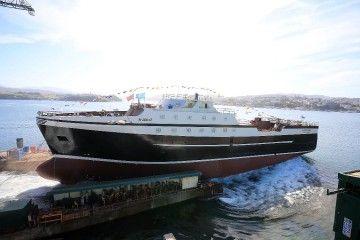 El nuevo buque, en el momento de deslizarse por la grada