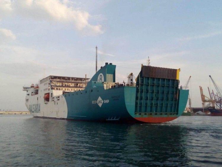 """El ferry """"Nápoles"""" maniobra en el puerto de Málaga"""