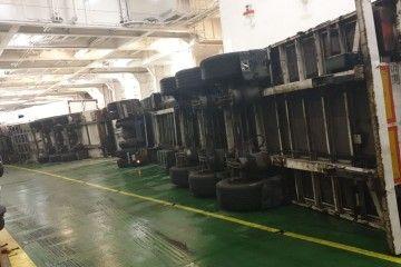 """Camiones volcados en el garaje del ferry """"Hypatia de Alejandría"""""""