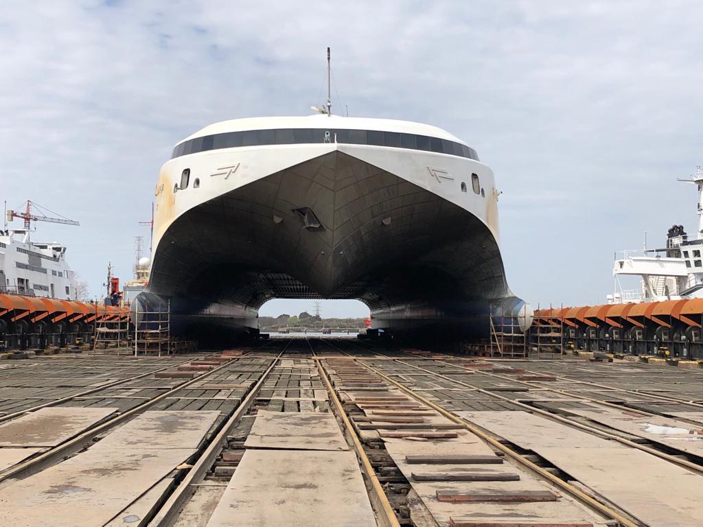 """Vista de proa del catamarán """"Francisco"""""""