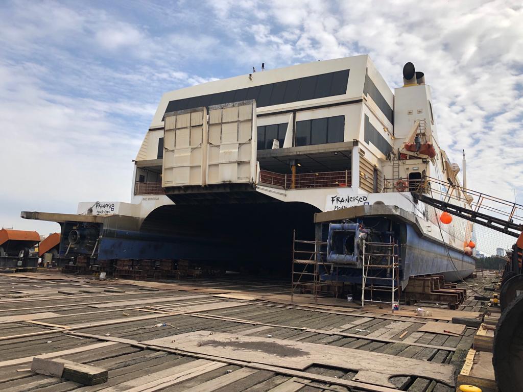 """Vista de popa del catamarán """"Francisco"""", abanderado en Uruguay"""