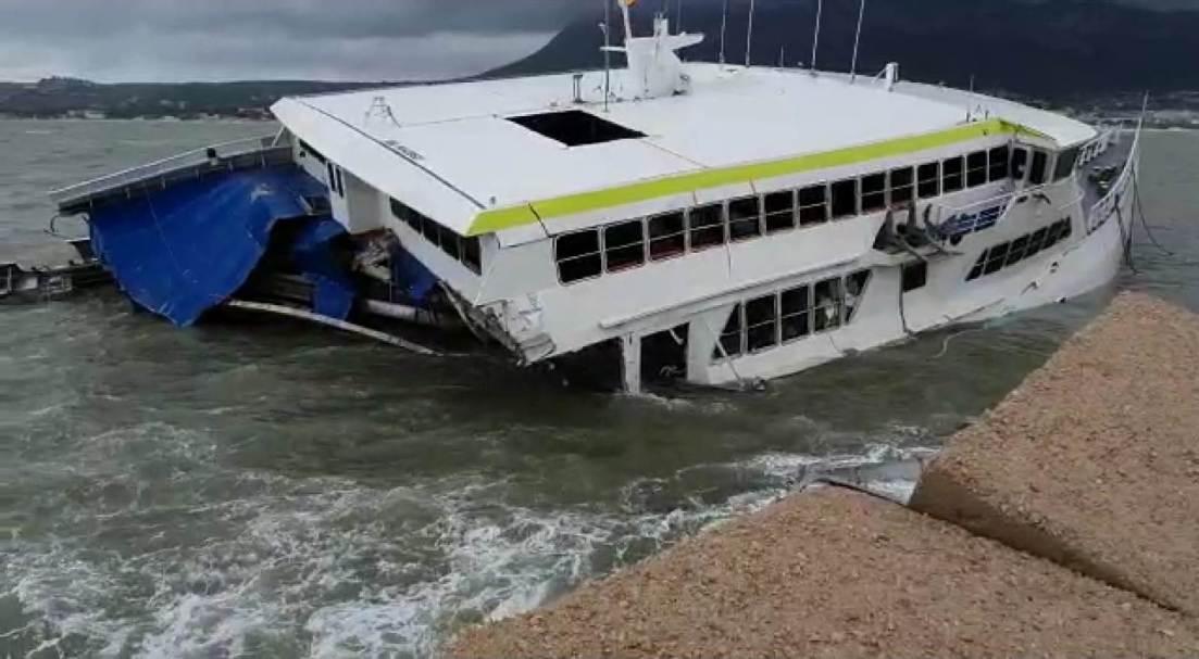 La fuerza del oleaje se ha encargado de ir desguazando el barco